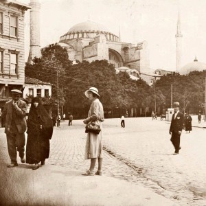https://hagiasophiaturkey.com/wp-content/uploads/2017/12/In-front-of-the-Hagia-Sophia-1920s..jpg
